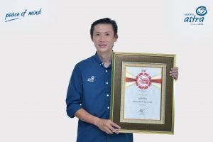 Adrianto Tjia, SVP Business Management menerima penghargaan Indonesia Original Brands (IOB) dari Majalah Swa dan Business Digest tujuh tahun berturut-turut