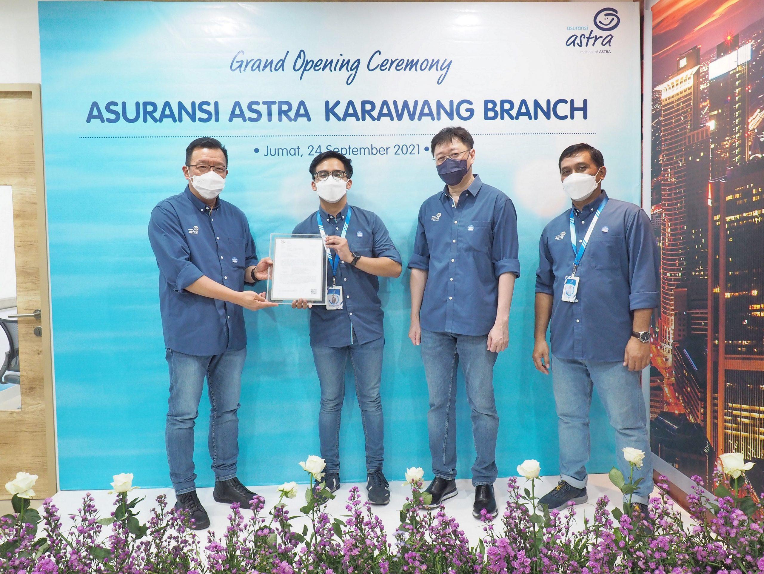 menerima sertifikat pembukaan kantor cabang baru di Karawang dari Otoritas Jasa Keuangan (OJK)