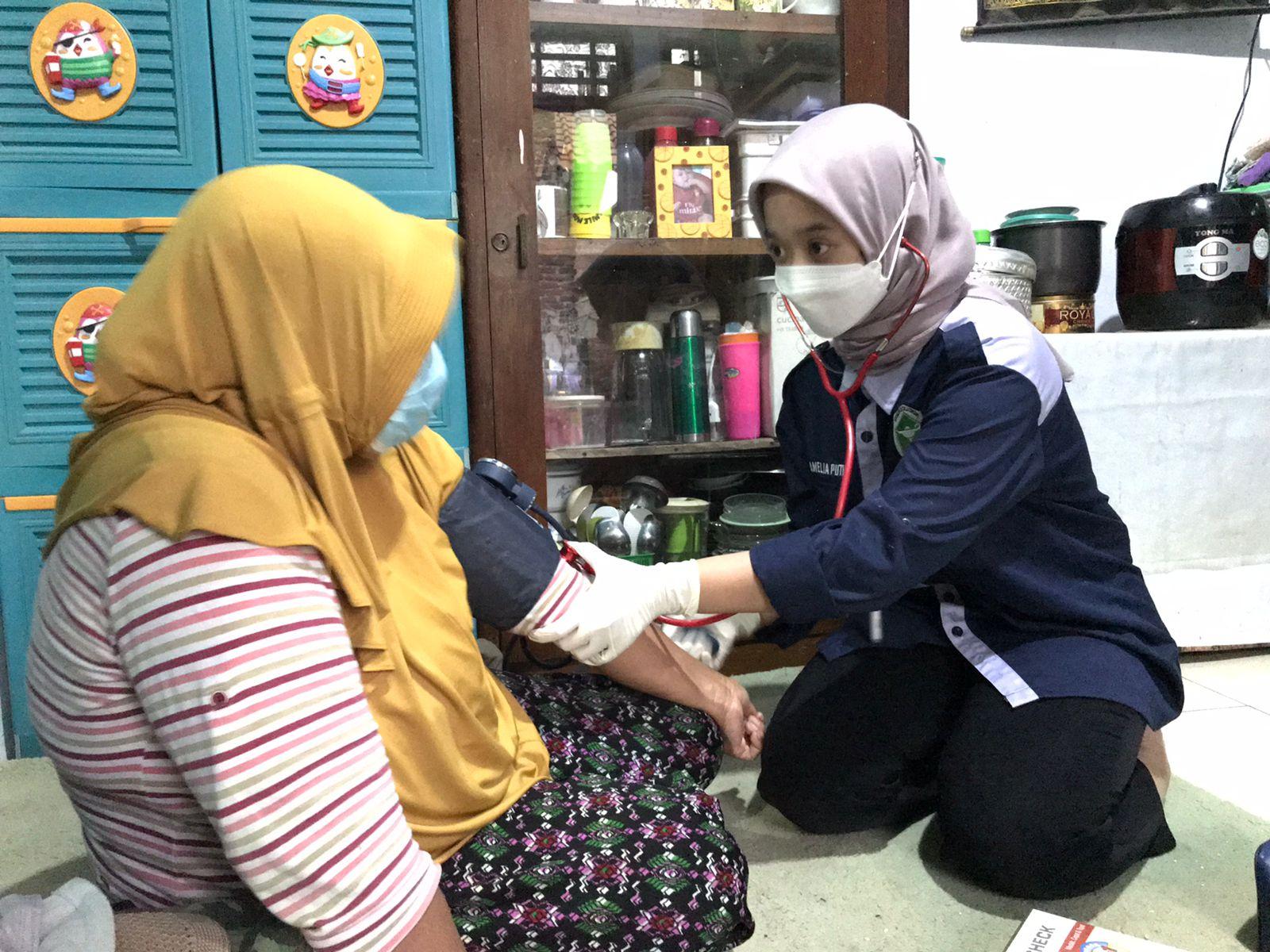 Salah satu finalis #AksiMudaIndonesia dari STIKes Budi Luhur Cimahi sedang cek kesehatan lansia pada program Lansia Sehati yang dilaksanakan di Desa Galanggang, Jawa Barat